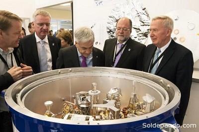 El Presidente de Chile, Sebastián Piñera, observando algunos de los sofisticados componentes del hardware de ALMA. De izquierda a derecha: David Rabanus, ingeniero de ALMA; Tim De Zeeuw, Director General de ESO; Presidente de Chile, Sebastián Piñera; Lars Nyman, Jefe de Operaciones Científicas de ALMA; y Thijs de Graauw, Director de ALMA.   ALMA (ESO/NAOJ/NRAO)