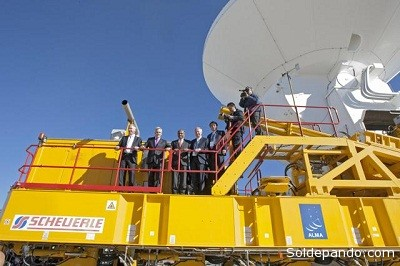 Los invitados que asistieron a la ceremonia sobre uno de los enormes transportadores de ALMA. | ALMA (ESO/NAOJ/NRAO)