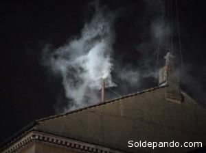 La fumata blanca saliendo de la chimenea de la Capilla Sixtina al promediar las dos de la tarde, hora boliviana.