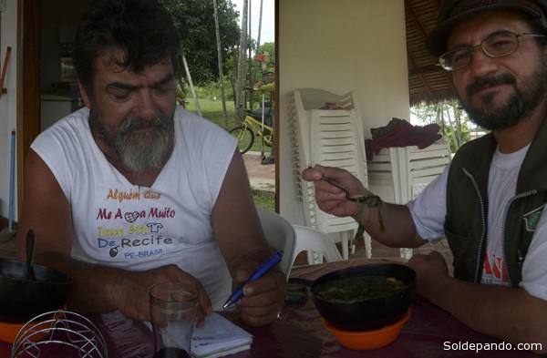 Gilmar explica al director de Sol de Pando los secretos de la Tacacá: sopa que combina Tucupí, goma líquida de mandioca, y Jambú, yerba anestésica, además de camarones. | Foto Silvia Antelo Aguilar