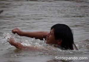 Los guaraníes se ven obligados a cruzar un peligroso río para obtener los suministros de alimentos. | Foto Survival