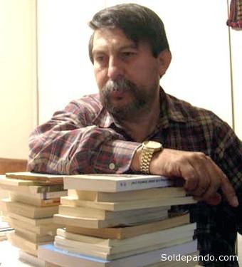"""Claudio Ferrufino-Coqueugniot nació en Cochabamba, Bolivia, en 1960, y desde 1989 reside en Denver, Colorado. Como todo inmigrante ha tenido que encontrar su lugar en este país trabajando como traductor, escritor de cuentos infantiles, estibador, albañil, panadero, repartidor de periódicos, especialista en frutas y verduras frescas, pequeño empresario y mucho más. En esta charla, el autor nos cuenta de su trabajo, de su impresión de los latinos viviendo en este país y de la experiencia del ser migrante. Entre sus obras se encuentran """"Virginianos"""", 1991, """"Años de mujer"""", 1989, """"Diario en cinco y epílogo"""", 1989, una serie de artículos publicados en periódicos locales recopilados bajo el título de """"Ejercicios de memoria"""", 1989. En 2009 obtuvo el Premio de Novela Casa de las Américas por """"El exilio voluntario""""; en el 2011 fue galardonado con el Premio Nacional de Novela por su reciente obra """"Diario Secreto"""". Actualmente varios periódicos de Bolivia como El Día de Santa Cruz, Los Tiempos y Opinión de Cochabambna, La Razón de La Paz, entre otros, publican sus textos literarios y ensayos políticos."""