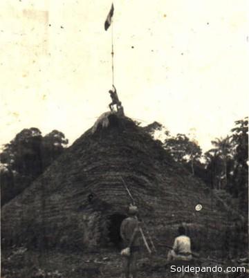 Colonos y madereros izando la bandera peruana en territorio Matsé, en 1968.