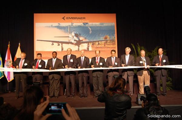 Mais de 200 executivos locais, autoridades e membros da imprensa estiveram presentes para a cerimônia de inauguração no hangar de 3.716 m2, no Aeroporto Internacional de Jacksonville.
