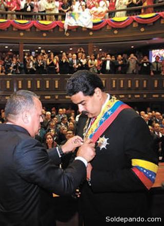 Maduro recibe la banda presidencial este 19 de abril.