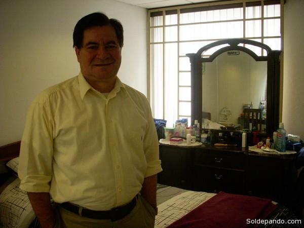 El senador pandino Roger Pinto en su celda de la Embajada de Brasil en La Paz, Un año de asilo en reclusión. | Foto Silvia Antelo Aguilar