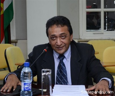 ROBBY DEWNARAIN RAMLAKHAN  Diplomático de carrera realizó sus estudios en el Instituto Rio Branco en Brasil (1986-1987). Fue Ministro de Relaciones Exteriores de Suriname (1991) y Secretario Permanente Adjunto encargado de los Procesos de Integración en el Ministro de Relaciones Exteriores de su país (2006 – 2011).  Desde 2006 es Embajador en Misión Especial y Secretario Permanente para asuntos de relaciones exteriores a partir de 2011.  Actuó como Asesor Político y Jefe del Departamento de las Américas en el Ministerio de Relaciones Exteriores de Suriname (1991-1997). Entre 1998 – 2005 ejerció el cargo de Ministro Plenipotenciario en la Embajada de Suriname, en Brasil y en 1999, en Pekín. Ejerció diversos cargos en el Ministerio de Relaciones Exteriores en Paramaribo. También ha integrado y presidido diversas delegaciones de su país en eventos internacionales. Tal como, PROCITROPICOS (1998), CEPAL (1998) y UNASUR (2004/ 2006). También ejerció el cargo de coordinador Nacional para la Iniciativa para la Integración de la Infraestructura Regional Suramericana – IIRSA (2006). Asimismo, fue punto focal del Ministerio de Relaciones Exteriores de Suriname  para la OTCA (1995-1997) y representante en la novena Reunión de Ministros de Relaciones Exteriores de la OTCA, en Iquitos, Perú (2005). Fue palestrante en el curso para Diplomáticos de América del Sur, en Rio de Janiero, Brasil en 2007 y 2008. En julio de 2012 asumió el cargo de Secretario General de la OTCA.