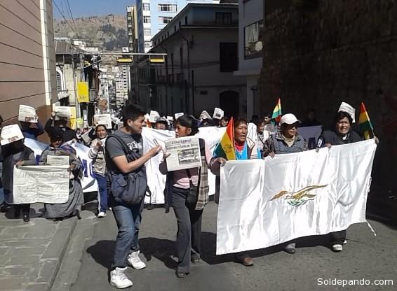 """""""Canillitas"""" junto a sus familias marcharon contra el SIN que embargo El Diario en la víspera por deudas impositivas."""