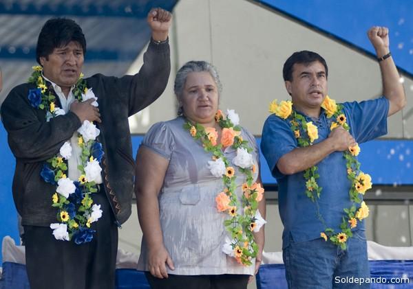 Diputada del MNR durante el gobierno de Sánchez de Lozada, la actual alcaldesa del MAS, absteniéndose de alzar el puño, durante un acto proselitista junto a Morales y Quintana en Cobija, el 7 de enero del 2012. | Foto ABI