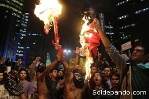 Manifestantes queman la bandera del Partido de los Trabajadores en la Av. Paulista. | Foto AP /Nelson Antoine