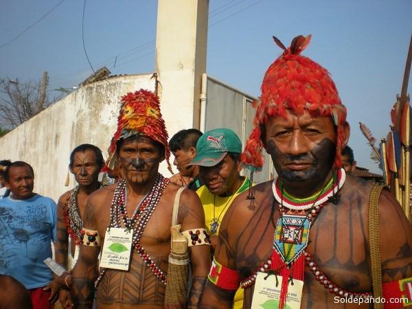 Los indígenas mundurukus se resisten a la construcción de presas  en el río Tapajós al igual que los indígenas kayapós, araras, jurunas, arawetés, xikrines, asurinis y parakanãs, se oponen a la represa de Belo Monte en el río Xingú.    Foto Verena Glass