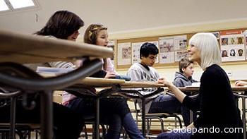 EL SISTEMA FINLANDÉS Idea básica: igualdad de oportunidades. Los niños empiezan la escuela a los 7 años. Casi todas las escuelas son públicas (el número de escuelas privadas es ínfimo). Toda la educación es gratuita (desde el preescolar hasta la universidad) La comida y los materiales de estudio también son gratuitos. Durante los primeros seis años de primaria es el mismo maestro para casi todas las asignaturas. Jornada escolar: de 8.30 - 9 a 15 hs., con media hora de almuerzo. Exámenes nacionales cuando los alumnos tienen 18 años Promedio de alumnos por clase: 23. Clases mixtas (mujeres y varones, y diferentes grados de capacidad). Maestros debe tener una maestría para ejercer la docencia.