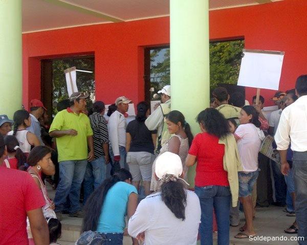 El costo de transporte de una cisterna con agua llega a los 100 bolivianos y la alcaldía cobra 5 por dos mil litros de agua. Los vecinos del barrio García Linera alegan que no pueden pagar esos montos.   Foto El Diario
