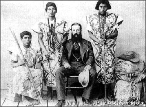 El explorador y empresario norteamericano George Church posa con nativos de la región amazónica. Entre 1868 y 1880 propuso construir el ferrocarril Madera-Mamoré con un empréstito que dejó endeudado al país a pesar de la obra inconclusa. Ya Estados Unidos veía en Bolivia una puerta para internacionalizar la Amazonia.