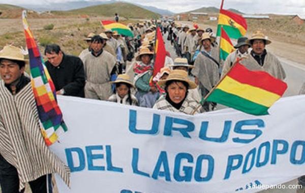 En la imagen la marcha de diez días que realizaron los originarios de los pueblos Urus del lago Popoó en marzo pasado hacia La Paz. | Foto ANF / digitalkyrios.com