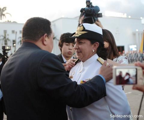 UN ASCENSO CON HUGO CHÁVEZ El 4 de julio del pasado año 2012, Carmen Teresa Meléndez de Maniglia se convirtió en la primera mujer de Venezuela en alcanzar el grado de Almirante de la Fuerza Armada Nacional. Maniglia se desempeñaba como Comandante General de Personal de la Armada Bolivariana. Durante ese acto de ascenso de militares, en Fuerte Tiuna, el entonces presidente Hugo Chávez anunció que la nueva Almirante sería la viceministra de Educación del Ministerio del Poder Popular para la Defensa.