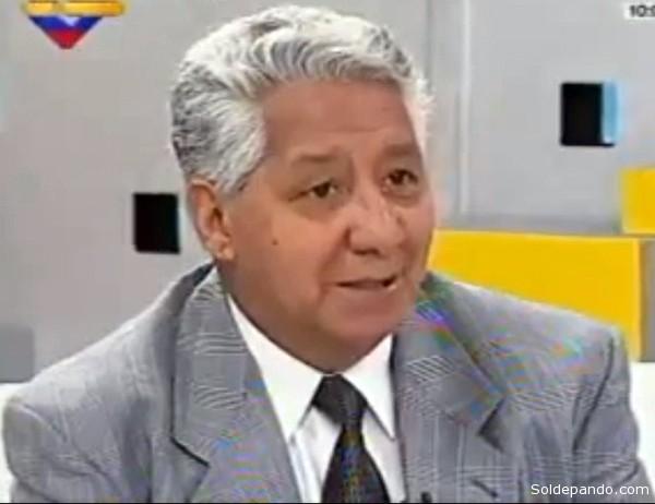"""El periodista Fortunato Esquivel durante una entrevista en la televisión venezolana, el 6 de abril del 2011, a propósito del Foro """"Comunicación para vencer al Imperio""""."""