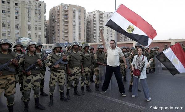 En la Plaza Tahrir la gente celebra la intervención del Ejército y de manera visible se nota la algarabía tras los últimos acontecimientos en El Cairo. | Foto Reuters.