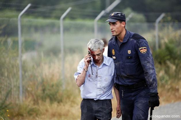 El maquinista del tren descarrilado, escoltado por un policía, tras el accidente.   Foto Oscar Corral