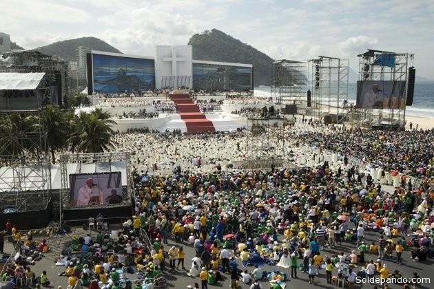 El papa Francisco oficia misa en la playa de Copacabana, en Rio de Janeiro, Brasil, este domingo 28 de julio del 2013. | Foto AP