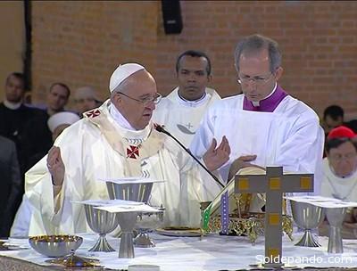 El Papa Francisco concelebrando la misa en la basílica mariana de La Aparecida junto con los obispos brasileños. | Foto AFP