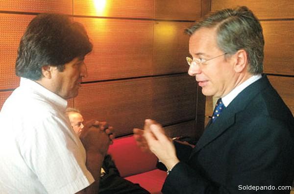 El presidente Morales con el Embajador de España en Austria, Alberto Carnero, discutiendo sobre la posible presencia de Snowden dentro la nave retenida en el aeropuerto de Viena.   Foto La Razón - Iván Maldonado