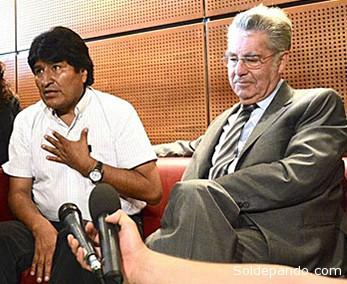 El Presidente de Austria Heinz Fisher acompaña a Morales.