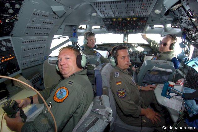 Oficiales de la Fuerza Aerotransportada de Alerta Temprana de la OTAN dentro un avión E-3A, realizando monitoreo satelital de naves enemigas espiadas en Europa. | Foto Archivo Datos & Análisis