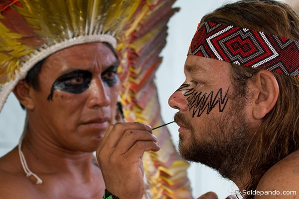 Richard se prepara para ritual na aldeia Yawanawa Nova Esperanca.