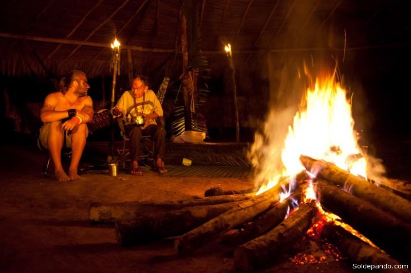 Richard e pajé conversam antes do ritual do Uni na aldeia Yawanawa Mutum