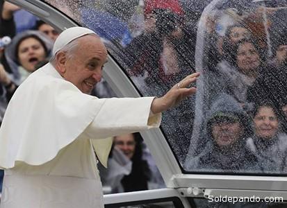 Saludando a las multitudes bajo una intensa lluvia | Foto Reuters