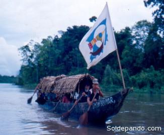 La canoa usada en la expedición de Núñez Jimenez, portando la bandera de viaje diseñada por Guayasamín.