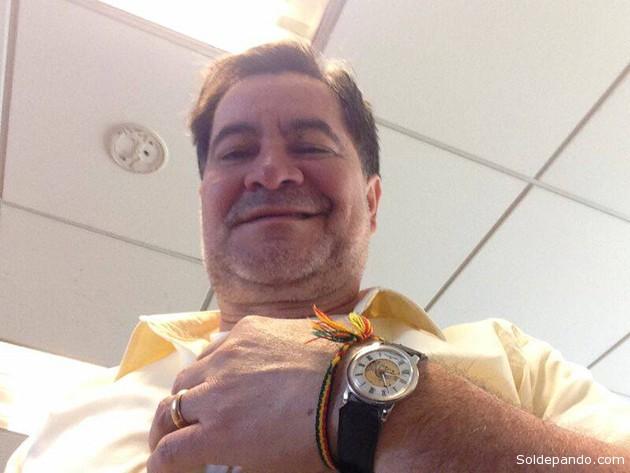 LA HORA DE LA LIBERTAD Esta es la última foto que se tomó el senador Roger Pinto antes de salir de la Embajada de Brasil en La Paz, con rumbo a Brasilia. Como puede observarse en las manecillas, su reloj marcaba las 14:25 del día viernes 23 de agosto de 2013. A solo 5 días de cumplirse 1 año y tres meses de su asilo en esa legación diplomática. El senador boliviano Roger Pinto abandonó la legación de Brasil en La Paz exactamente a las 14:30 en una de tres vagonetas oficiales del vecino país. Estuvo acompañado de funcionarios diplomáticos acreditados en la sede de gobierno, como también de soldados navales (fusileros navales) que viajaron en dos vehículos como custodios de la vagoneta central. Pasado el mediodía del sábado 24 de agosto, luego de 22 horas de viaje terrestre, Pinto cruzó  la frontera Bolivia-Brasil, ingresando a la población de  Corumbá, estado de Mato Grosso del Sur, donde fue recibido por autoridades y policías federales brasileños, quienes lo acogieron de acuerdo a su investidura, como senador del Estado boliviano, brindándole la custodia y protección como refugiado y perseguido político. Posteriormente, Pinto se reunió con el presidente del Comité de Relaciones Exteriores del Senado de Brasil, Ricardo Ferraco, quien en reiteradas oportunidades denunció la persecución sufrida por el senador boliviano por parte del gobierno de su país, por haber puesto en evidencia las redes de corrupción y narcotráfico que estaban operando con la protección de altas autoridades. El senador Ferraco confirmó luego que el ingreso de Pinto como refugiado político a Brasil se organizó en forma conjunta con las autoridades brasileñas, y por ello recibió el acompañamiento y protección tanto de oficiales diplomáticas, soldados navales como de policías federales brasileños. Luego de un descanso en Corumba, ya por la noche del mismo sábado 24, Pinto abordó un avión oficial asignado al Senado de Brasil, llegando a la capital Brasilia pasada la medianoche, es decir en las prime