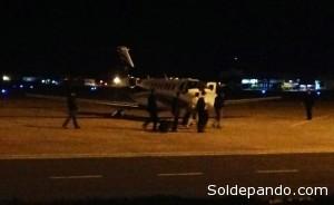 Róger Pinto, de camisa y pantalón color claro, camina hacia el avión privado en el que viajó anoche. Foto: El Deber