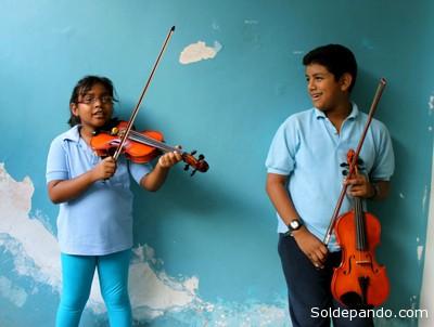 Alumnos del Sistema Nacional de las Orquestas Juveniles e Infantiles de Venezuela, en el núcleo de Los Chorros, Caracas, enero de 2013. | Foto: Lola García