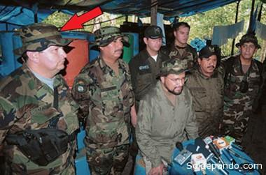 Durante un operativo antidroga en el 2009, junto con el ministro de Gobierno Alfredo Rada, el viceministro Felipe Cáceres y el comandante general Oscar Nina.   Foto Archivo El Día