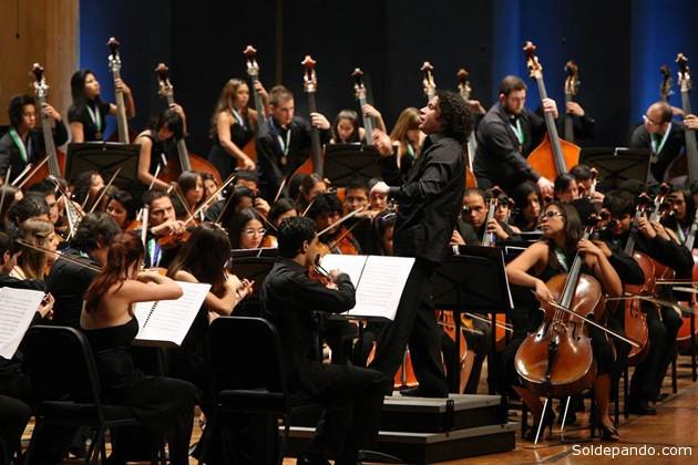El maestro Gustavo Dudamel dirigiendo la Orquesta Sinfónica Juvenil de Venezuela en el 40 Aniversario de la CAF, 2011. | Foto Archivo
