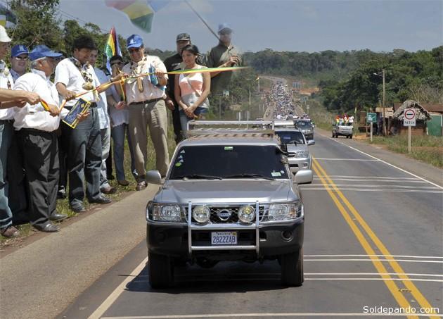 La moderna carretera asfaltada fue estrenada por el presidente Morales que encabezó una caravana de Riberalta a Guayaramerín, tras un acto inaugural con autoridades afines políticamente al Gobierno. | Fotomontaje Sol de Pando con imágenes de ABI.
