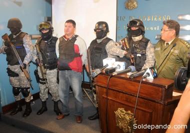 """EL NARCOTRAFICANTE AL QUE ORMACHEA NUNCA PERSIGIÓ Mientras Ormachea se mantuvo como jefe de operaciones de la Felcc, Mauro Vásquez rearticuló su banda peruano brasileña en Cobija con total impunidad durante más de cuatro años. Recién en noviembre del 2012, burlando los controles de Quintana y con apoyo de investigadores brasileños, la Policía Nacional logró atraparlo nuevamente. Si para la caída de Ormachea tuvo que intervenir el FBI en flagrancia, para la captura de """"Mauro"""" el Brasil tuvo que amenazar con cerrar su frontera en Pando."""