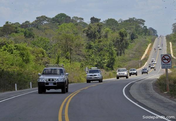 La moderna carretera que revoluciona la vinculación vial entre Riberalta y Guayaramerín tiene 84 kilómetros de longitud y costó $us 56 millones. | Foto Freddy Sarco - ABI.