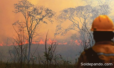Hasta ayer, el fuego consumió 10.000 hectáreas, según reportó El Deber.   Foto El Deber