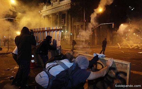Un vocero de la Secretaría de Seguridad de Río de Janeiro afirmó que la policía no usó armas de fuego y sólo se sirvió de gases lacrimógenos y granadas de estruendo.   Foto EFE