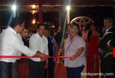 La alcaldesa de Cobija Ana Lucía Reis cortando la cinta inaugural junto a los ejecutivos Erick  Saavedra, Iván López e Ivo Pereira.