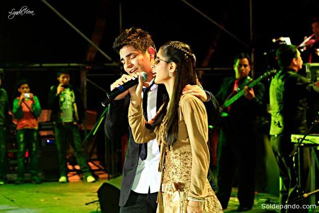 Erick Elera y María Nazareth durante una de sus exitosas presentaciones en Santa Cruz cantando el tema de Fabio Zambrana. Ya vienen a Cobija.