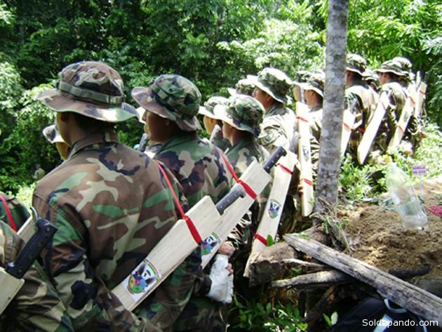 Las brigadas de erradicación de la Fuerza de Tarea Conjunta (FTC), armadas con machetes para cumplir su misión, fueron emboscados el fin de semana por cocaleros armados en Yungas. El gobierno denuncia infiltración del narcotráfico peruano. | Foto Archivo Sol de Pando