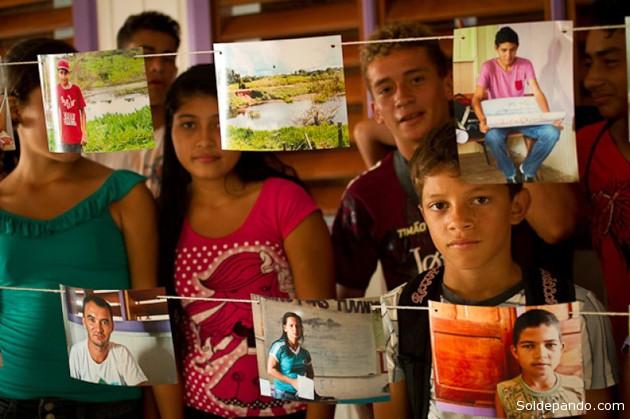 Foram selecionadas as melhores fotos para um varal fotográfico que ficou exposto no pátio das escolas   Foto: Guilherme Noronha