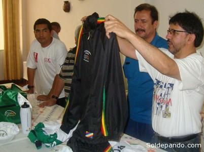 """GUSTAVO CARMONA, ARTÍFICE DE LA PROFESIONALIZACIÓN DEL BÁSQUET BOLIVIANO Gustavo Carmona, secretario general de la Federación Boliviana de Básquetbol, fue uno de los artífices crear un espacio profesional para el básquetbol en nuestro país, con la creación de la Liga Boliviana de Basquetbol. """"La idea es ir detrás del fútbol y profesionalizar este deporte en Bolivia, que tiene muchos adeptos pero que no ha tenido mucha repercusión en el curso de los últimos años"""", dijo el dirigente. De acuerdo con lo informado por el directivo se tendrá un torneo en el cual se jugarán partidos en cada uno de los departamentos en los cuales hayan equipos inscritos, asemejando un calendario similar al del fútbol. Esta nueva propuesta de campeonato permitirá a los clubes generar más recursos y también mejorar su competitividad con los refuerzos que puedan contratar. """"Los 12 equipos disputarán partidos de ida y vuelta, divididos en grupos. Los cuatro mejores jugarán una ronda final que clasificarán a la Liga Sudamericana, representando a Bolivia"""", declaró Gustavo Carmona, secretario general de la FBB.  Para los dirigentes el objetivo es que el nivel de los jugadores nacionales pueda mejorar y achicar las diferencias con los deportistas de Argentina, Brasil y Venezuela. Además la creación de la Libobasquet, permitirá a los clubes generar mayores recursos económicos, con la captación de sponsors y las recaudaciones que pueda conseguir, cuando juegue en condición de local. """"Cada club tiene que comenzar a trabajar y para conseguir su personería jurídica. Estos documentos pueden permitir conseguir sponsors y otros contratos de beneficio económico"""", afirmó Carmona"""