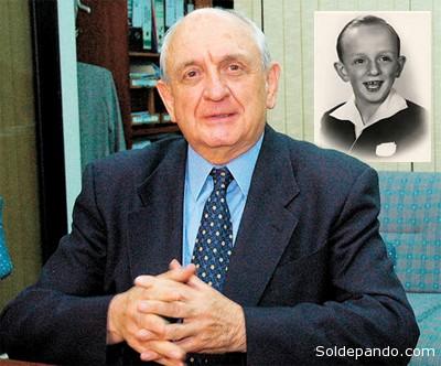¿QUIÉN FUE JOSÉ MARÍA BAKOVIC? José María Bakovic Turigas nació en la ciudad de Cochabamba, República de Bolivia, el 17 de diciembre de 1938. Su padre fue un inmigrante croata quien había llegado a Bolivia en 1900, a los 14 años, huyendo de la crisis económica y la permanente amenaza de guerra en Europa, para buscar nuevos horizontes en este país de esperanza; empezó a trabajar en Uyuni para después de algún tiempo irse a radicar a Oruro, donde un tío suyo había sido el primero en iniciar la corriente de inmigrantes de la familia a esta población, en el siglo XIX. La madre de José María, 14 años más joven que el padre, era paceña de nacimiento de padres catalanes, del grupo de constructores que vino a ayudar en el desarrollo urbano del país. Lucio Bakovic, el padre, se dedicó al comercio de la minas en Oruro y tuvo éxito que le llevó, en un momento, a tener agencias en La Paz y Cochabamba. Después de un tiempo trasladó su base de operaciones a esta última ciudad, donde radicó con su familia y donde nació José María. Ángela Turigas, la madre, era una digna esposa y madre, dedicada a su hogar y familia, bajo sólidos principios cristianos. La influencia de la abuelita materna, María Ramis, fue muy grande en José María pues ella se dedicó a su cuidado al tener la madre que dedicar atención a la hermana menor, Núria, quien llegó al mundo año y medio después de José María. El abuelo materno, José Turigas, fue un gran constructor que dejó sus huellas en todo el país con edificios tales como el Colegio Ayacucho y el Parlamento en La Paz, los bancos Mercantil en varias ciudades del país, y los palacios de Portales y Villa Albina de la familia Patiño en Cochabamba. José María estuvo a un paso de la muerte cuando con cerca a un año tuvo una infección que no daba esperanzas de vida. Entonces, la familia encomendó su vida al entonces beato Juan Bosco a quien se atribuye el milagro de curación. La estampita de Don Bosco, con su reliquia acompaña a José María y a los miembros de s