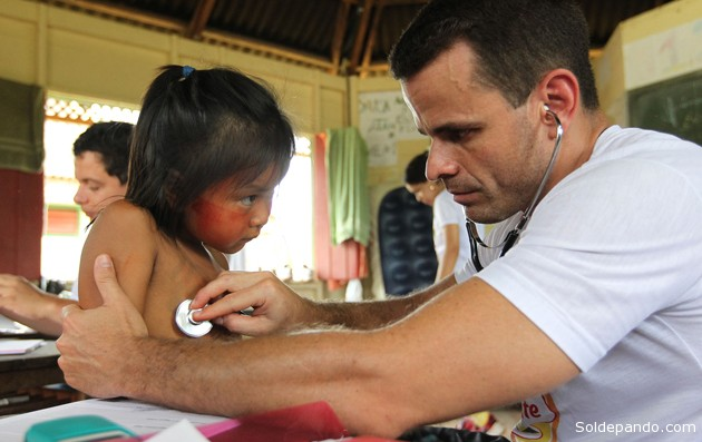 Samanda Ayane Shanenawa, 5 anos, é atendida por equipe do programa Saúde Itinerante | Foto: Sérgio Vale