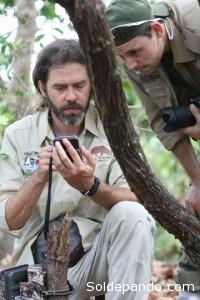 Arnaud Desbiez y Danilo Kluyber miran las imágenes en la cámara trampa. | Foto: El Proyecto Armadillo Gigante del Pantanal.